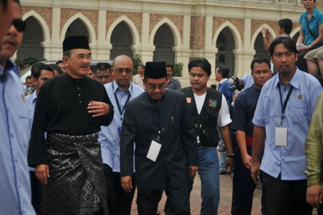 Ketibaan Datuk Seri Ali Rustam diiringi YM Tuan Guru Hj Md Radzi Hj Hanafi..