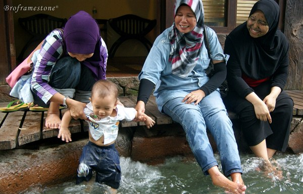 Bermain Dalam Kolam Air Panas