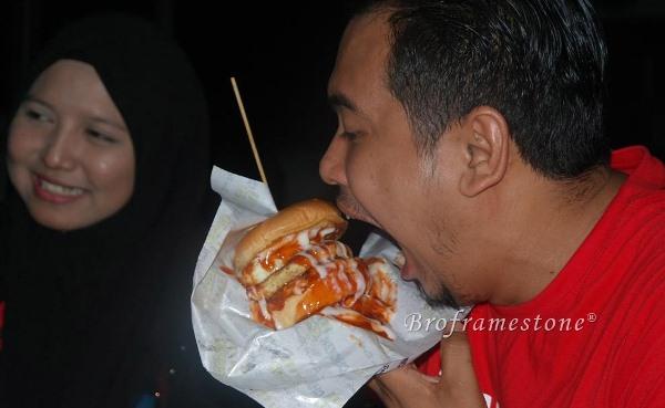 Menikmati Burger Bakar Kampung