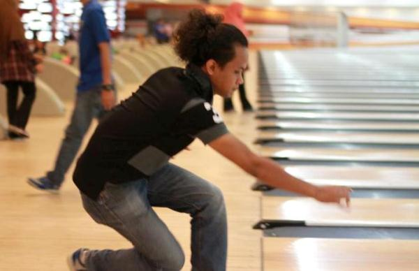 aksi Kozumi Ro Bermain Bowling