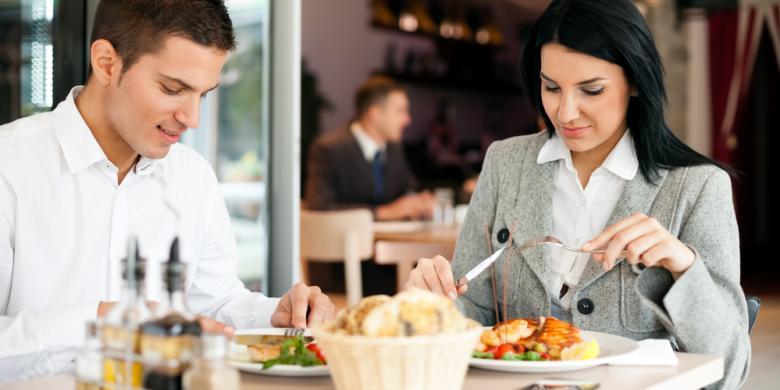 Suami Isteri Makan Luar
